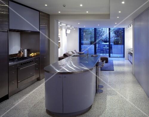 k chenblock mit violetter front in offener k che und wohnraum bild kaufen living4media. Black Bedroom Furniture Sets. Home Design Ideas