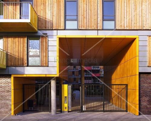 Modernes wohnhaus mit holzschiebeelementen neben fenster for Modernes wohnhaus