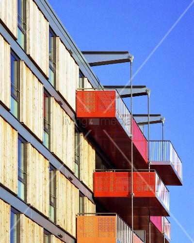 Modernes wohnhaus mit farbigen balkonen und for Modernes wohnhaus
