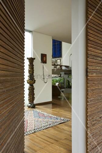 Offene haustür  Offene Haustür mit Holzverkkleidung und Blick in modernen Vorraum ...