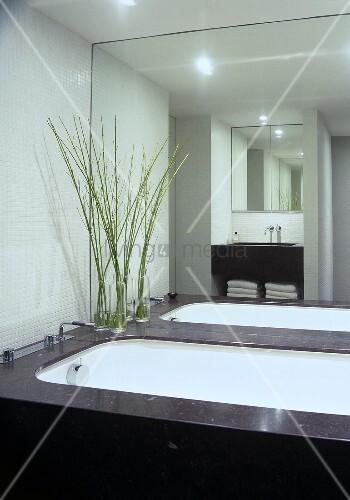 badezimmer mit weissen mosaik wandfliesen die oberfl chen aus belgisch granit bild kaufen. Black Bedroom Furniture Sets. Home Design Ideas