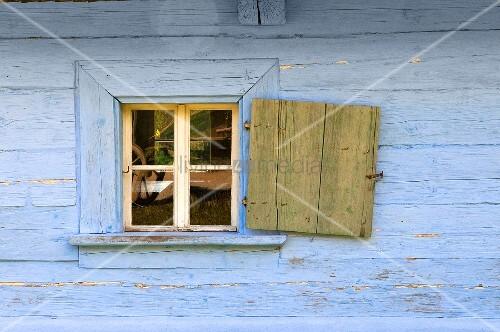 blaue holzh tte mit ge ffnetem fensterladen bild kaufen. Black Bedroom Furniture Sets. Home Design Ideas