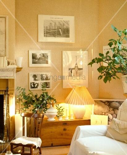 ... Holztruhe mit brennender Lampe in modernem Wohnzimmer in Naturfarben