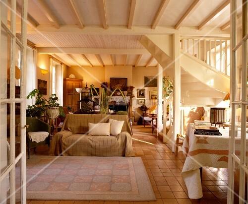 offener wohn essraum mit einrichtung in hellen naturfarben offener weisser treppe und holzdecke. Black Bedroom Furniture Sets. Home Design Ideas