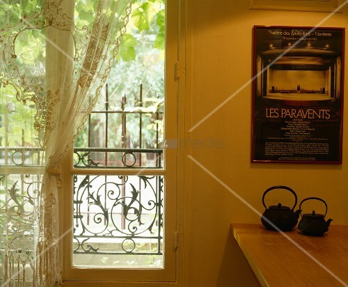japanische teekannen unter plakat an der wand neben franz sischem fenster mit spitzenvorhang. Black Bedroom Furniture Sets. Home Design Ideas