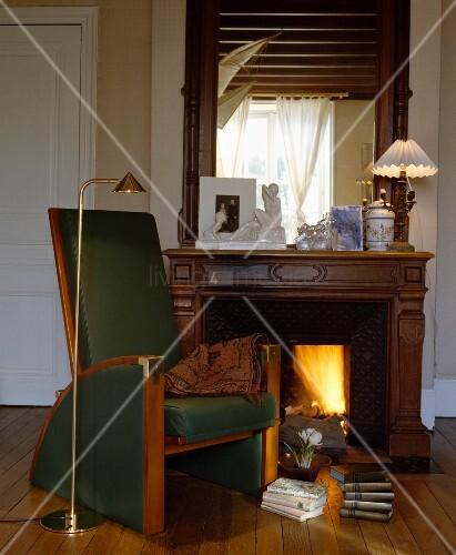 gr ner sessel mit holzrahmen und messing leselampe vor. Black Bedroom Furniture Sets. Home Design Ideas
