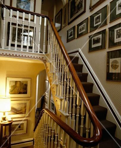 bildergalerie ber antiker holztreppe mit teppich zierlichen gel nderst ben und mahagoni. Black Bedroom Furniture Sets. Home Design Ideas