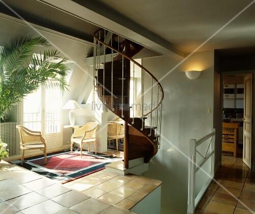 korbst hle am fenster neben wendeltreppe in offenem. Black Bedroom Furniture Sets. Home Design Ideas