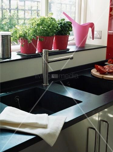 schwarze granit arbeitsplatte mit integriertem. Black Bedroom Furniture Sets. Home Design Ideas