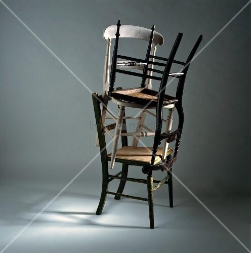 drei verschiedene ineinander gestapelte alte holzst hle. Black Bedroom Furniture Sets. Home Design Ideas