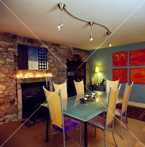 esszimmer mit futuristischen hochlehnigen st hlen an glastisch und halogenspots im kontrast mit. Black Bedroom Furniture Sets. Home Design Ideas
