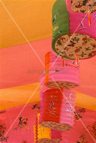 farbmix aus rosa und orange an decke mit papierlampions bild kaufen living4media. Black Bedroom Furniture Sets. Home Design Ideas