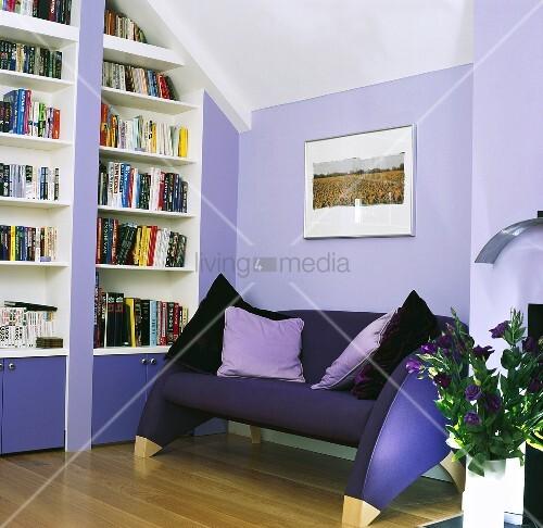 eine couch neben eingebautem b cherregal in einem. Black Bedroom Furniture Sets. Home Design Ideas