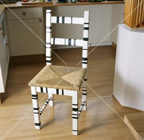 schwarz weisser holzstuhl mit geflochtener sitzfl che. Black Bedroom Furniture Sets. Home Design Ideas
