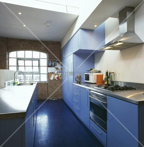 eine blaue k che in einer loftwohnung bild kaufen. Black Bedroom Furniture Sets. Home Design Ideas