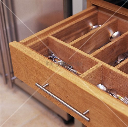 ausgezogene schublade mit besteckkasten aus holz bild kaufen living4media. Black Bedroom Furniture Sets. Home Design Ideas