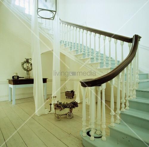 ausladende freitreppe in georgianischer eingangshalle mit pastellblauen treppenstufen und. Black Bedroom Furniture Sets. Home Design Ideas