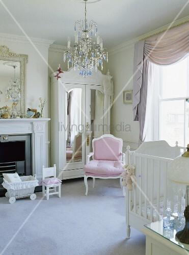 wei er spiegel kleiderschrank und ein rosa louis iv stil. Black Bedroom Furniture Sets. Home Design Ideas