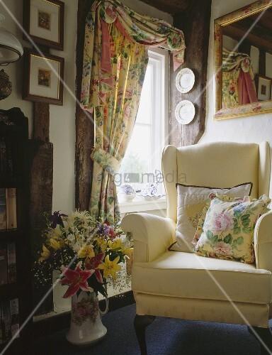 cremefarbener sessel und vorh nge mit floralen mustern im landhaus wohnzimmer bild kaufen. Black Bedroom Furniture Sets. Home Design Ideas
