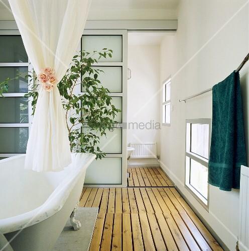 holzdielenboden und schiebet ren aus glas dominieren das moderne bad mit einer freistehenden. Black Bedroom Furniture Sets. Home Design Ideas