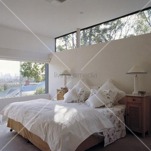 ein zimmer mit ausblick ber die d chern der angrenzenden h user bild kaufen living4media. Black Bedroom Furniture Sets. Home Design Ideas