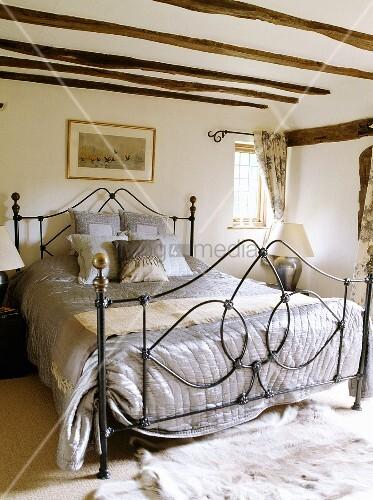 eine graue seiden tagesdecke und kissen bedecken ein. Black Bedroom Furniture Sets. Home Design Ideas