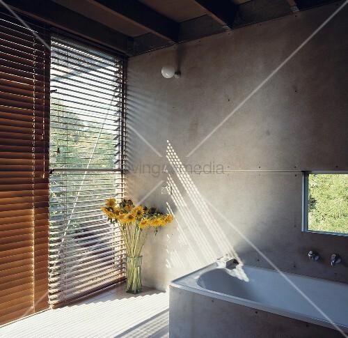 ein modernes badezimmer mit steinmauer w nden und holz jalousien die f r sichtschutz sorgen. Black Bedroom Furniture Sets. Home Design Ideas