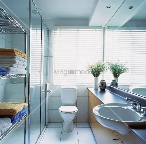 wei e jalousien sind vor dem fenster oberhalb der toilette angebracht worden die in einem. Black Bedroom Furniture Sets. Home Design Ideas