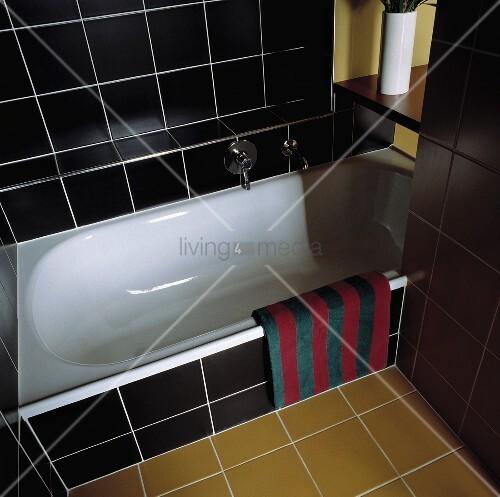 ein modernes badezimmer das mit schwarzen und ockerfarbigen fliesen ausgelegt wurde bild. Black Bedroom Furniture Sets. Home Design Ideas