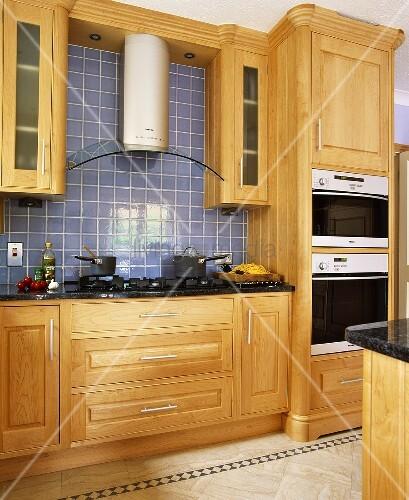zeitgen ssische einbauk che mit holzkassettenfront und blauen wandfliesen bild kaufen. Black Bedroom Furniture Sets. Home Design Ideas