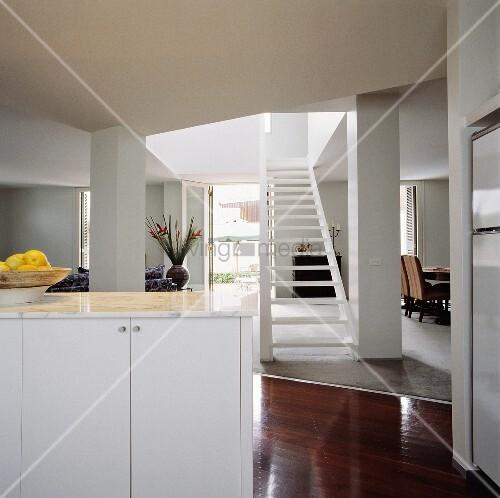 weisser k chenunterschrank mit marmorplatte in modernem. Black Bedroom Furniture Sets. Home Design Ideas