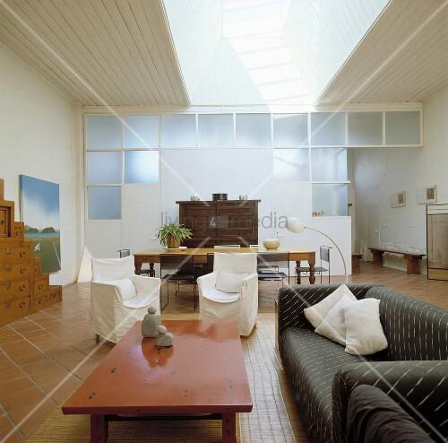 modernes loftartiges wohnzimmer mit rostrotem couchtisch. Black Bedroom Furniture Sets. Home Design Ideas