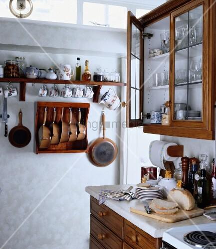 traditionelle k che mit aufgeh ngten tassen t pfen pfannen und einfachen schr nken mit. Black Bedroom Furniture Sets. Home Design Ideas