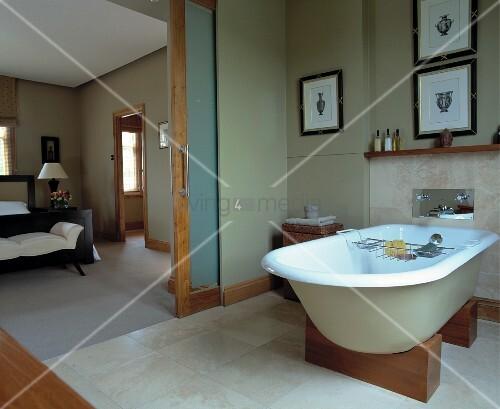 freistehende badewanne auf holzelementen in wohnbad mit. Black Bedroom Furniture Sets. Home Design Ideas