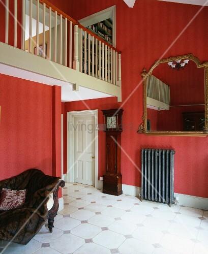galerie mit cremefarbenem holzgel nder ber antiker. Black Bedroom Furniture Sets. Home Design Ideas