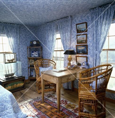 schlafzimmer mit blau weisser paisley tapete und den dazu passenden fenster vorh ngen einem. Black Bedroom Furniture Sets. Home Design Ideas