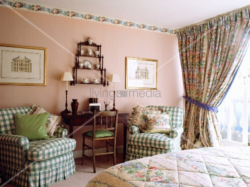 schlafzimmer mit gr n weiss karierten sesseln vorhang und tapetenrand mit blumenmuster bild. Black Bedroom Furniture Sets. Home Design Ideas