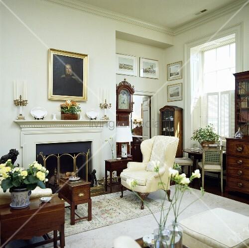 traditionelles wohnzimmer mit sessel neben dem kamin bild kaufen living4media. Black Bedroom Furniture Sets. Home Design Ideas