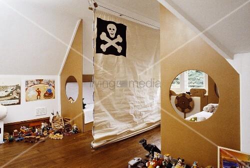kinderzimmer mit zwei betten die vom zimmer durch ausgeschnittenen sperrholzplatten abgetrennt. Black Bedroom Furniture Sets. Home Design Ideas