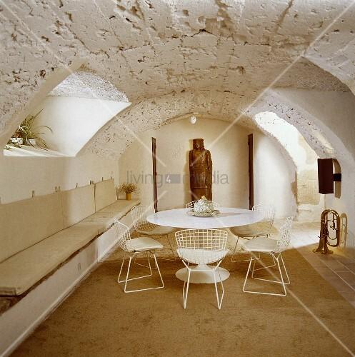 weisse saarinen tisch eames st hle und sitzb nke in einem. Black Bedroom Furniture Sets. Home Design Ideas