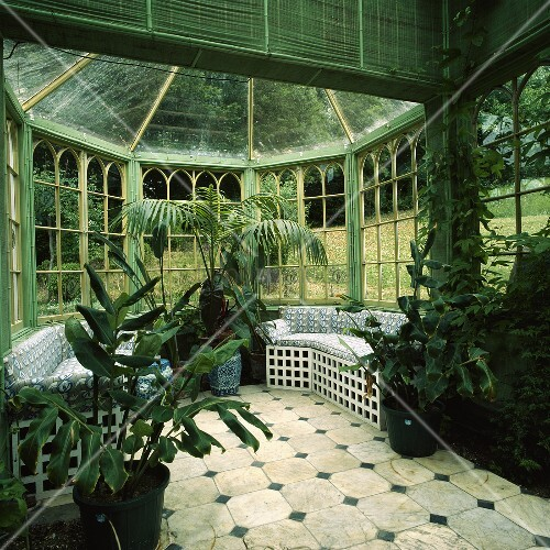 ein achteckiger wintergarten mit gr nen jalousien und sitzb nken bild kaufen living4media. Black Bedroom Furniture Sets. Home Design Ideas