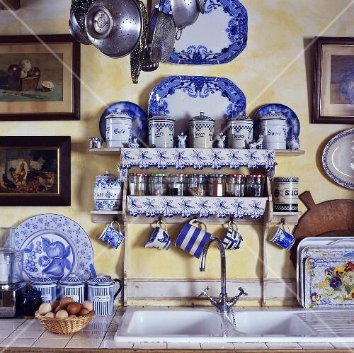 gew rzregal und blau weisses geschirr ber dem sp lbecken. Black Bedroom Furniture Sets. Home Design Ideas