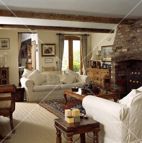 Sofagarnitur vor dem Kamin in einem Wohnzimmer mit ...