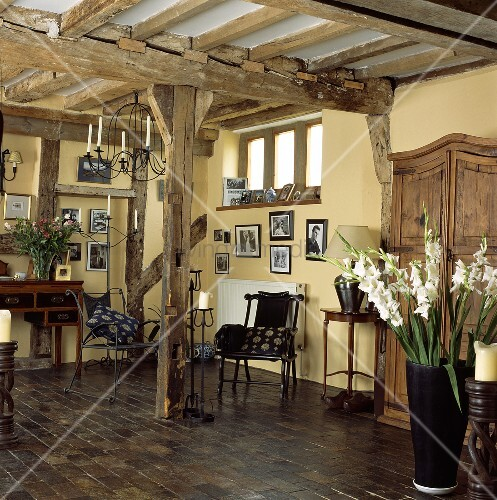 wohnzimmer mit holzbalken und holzboden bild kaufen living4media. Black Bedroom Furniture Sets. Home Design Ideas