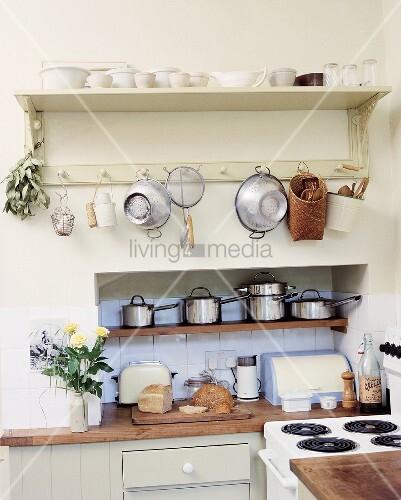 Moderne Küchenutensilien: Küchenutensilien An Ländlichem Wandboard Gehängt Und