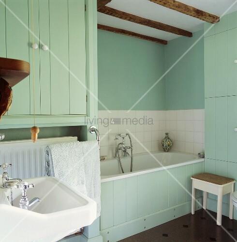 t rkis get ntes badezimmer mit holzverkleideter badewanne. Black Bedroom Furniture Sets. Home Design Ideas