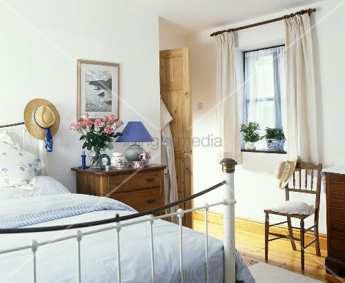 weisses messing bett mit wei er bettw sche im. Black Bedroom Furniture Sets. Home Design Ideas
