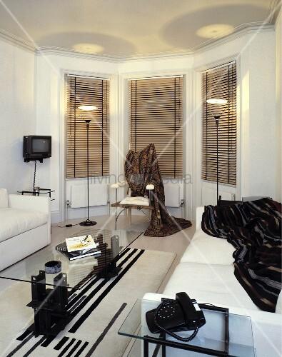 modernes wohnzimmer mit zwei sofas und glastisch bild kaufen living4media. Black Bedroom Furniture Sets. Home Design Ideas