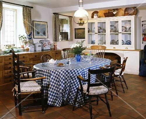 antike st hle um den tisch mit blau weiss karierter pvc tischdecke in einem landhausk che bild. Black Bedroom Furniture Sets. Home Design Ideas