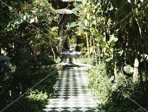 Marokkanischer Garten mit gefliestem Weg im ...